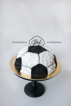 333. Focilabda torta krém díszítéssel