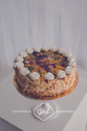 Édesítőszerrel készített gyümölcskocka torta